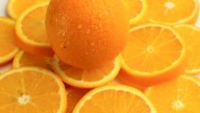 Agrumes frais Tournez l'enregistrement vidéo du concept d'un aliment sain et suivez un régime Oranges coupées en tranches de rota clips vidéos