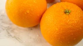 Agrumes frais Tournez l'enregistrement vidéo du concept d'un aliment sain et suivez un régime Oranges humides de tourbillonnement banque de vidéos