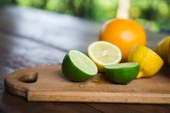 Agrumes pamplemousse, orange, citron, chaux, sur le fond en bois image libre de droits