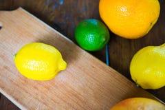 Agrumes pamplemousse, orange, citron, chaux, sur le fond en bois photo libre de droits