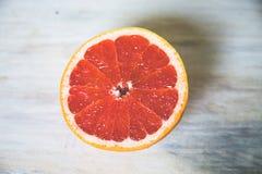 Agrumes pamplemousse, orange, citron, chaux, sur le fond en bois photographie stock libre de droits