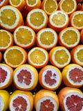 Agrumi affettati a metà Mercato di frutta turco Succo fresco immagini stock