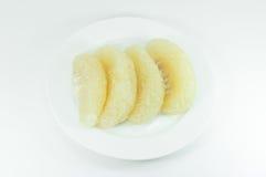 Agrumi del pomelo sul piatto bianco su bianco Immagine Stock Libera da Diritti