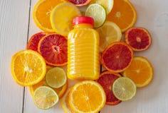 Agrumi e succo Succo di frutta di Multy fotografia stock libera da diritti