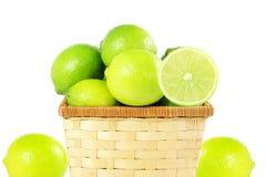 Agrumi freschi della calce del limone in canestro di bambù nel fondo bianco Fotografie Stock