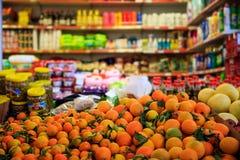 Agrumi nella fila Prodotti vaghi nel deposito del mercato Chiuda sulla vista Immagine Stock