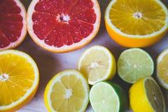 Agrumi pompelmo, arancia, limone, calce, sui precedenti di legno fotografia stock libera da diritti