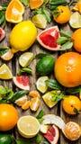 Agrumi - pompelmo, arancia, mandarino, limone, calce affettata ed intera con le foglie immagini stock
