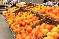 Agrumi su esposizione in supermercato Fotografie Stock Libere da Diritti