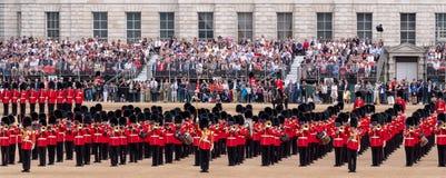 Agrupando-se a cerim?nia da cor em protetores de cavalo desfile, Westminster, Londres Reino Unido, com os soldados da divis?o do  imagens de stock