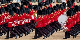 Agrupando-se a parada da cor nos protetores de cavalo, a Londres Reino Unido, com os soldados no uniforme ic?nico e em bearskins  foto de stock royalty free