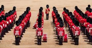Agrupando-se a parada da cor nos protetores de cavalo, a Londres Reino Unido, com os soldados no uniforme ic?nico e em bearskins  imagem de stock