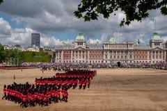 Agrupando-se a parada da cor nos protetores de cavalo, a Londres Reino Unido, com os soldados no uniforme ic?nico e em bearskins  fotos de stock