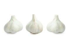 Agrupe a cabeça do bulbo do alho isolada no fundo branco com sombra Fotos de Stock