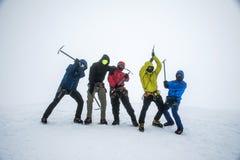 Agrupe a caminhada da cimeira de Hvannadalshnukur da geleira no parque 3 de Vatnajokull da paisagem da montanha de Islândia Fotos de Stock