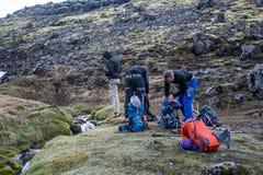 Agrupe a caminhada da cimeira de Hvannadalshnukur da geleira no parque de Vatnajokull da paisagem do vulcão da montanha de Islând Foto de Stock
