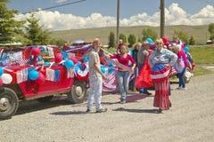 Agrupe el adornamiento de un coche en rojo, blanco y azul en Lima Montana Imagenes de archivo