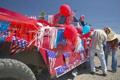 Agrupe el adornamiento de un coche en rojo, blanco y azul en Lima Montana Imágenes de archivo libres de regalías