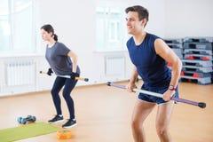 Agrupe el calentamiento de la gente, haciendo entrenamiento del ejercicio del poder en club de fitness foto de archivo libre de regalías