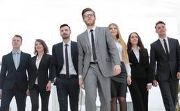 Agrupe a foto um líder e um grupo de executivos imagem de stock