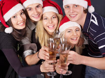Agrupe a la gente joven en el sombrero de santa en el club nocturno. Imagenes de archivo
