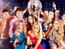 Agrupe a la gente que baila en el partido. Imágenes de archivo libres de regalías