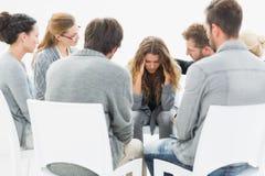 Agrupe la terapia en la sesión que se sienta en un círculo imagen de archivo libre de regalías