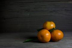 Agrupe laranjas no fundo de madeira, ainda vida Imagens de Stock