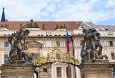 Agrupe las esculturas por la puerta del castillo de Praga Imagen de archivo libre de regalías
