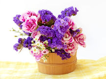 Agrupe las flores rosadas y azules en cubo de madera Aislado en el fondo blanco Imagenes de archivo