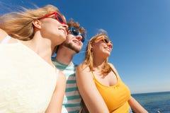 Agrupe a las muchachas del muchacho dos de los amigos que se divierten al aire libre Imagen de archivo