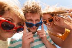 Agrupe a las muchachas del muchacho dos de los amigos que se divierten al aire libre Fotos de archivo