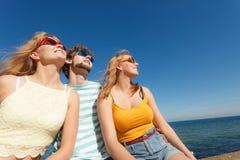 Agrupe a las muchachas del muchacho dos de los amigos que se divierten al aire libre Imagen de archivo libre de regalías
