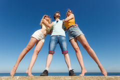Agrupe a las muchachas del muchacho dos de los amigos que se divierten al aire libre Imagenes de archivo