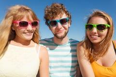 Agrupe a las muchachas del muchacho dos de los amigos que se divierten al aire libre Fotografía de archivo libre de regalías