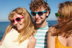 Agrupe a las muchachas del muchacho dos de los amigos que se divierten al aire libre Fotografía de archivo