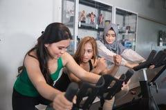 Agrupe a las mujeres en el gimnasio que hace ejercicios cardiios Fotos de archivo