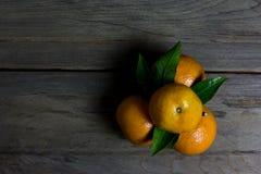 Agrupe las naranjas en el fondo de madera, aún vida Foto de archivo