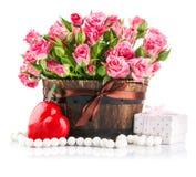 Agrupe las rosas rosadas con el regalo a la tarjeta del día de San Valentín del santo del día Fotografía de archivo