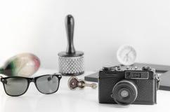 Agrupe los accesorios viejos y la forma de vida del viajero en el backgro blanco Fotos de archivo
