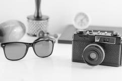 Agrupe los accesorios viejos y la forma de vida del viajero en el backgro blanco Imagenes de archivo