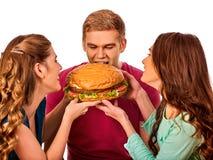 Agrupe los alimentos de preparación rápida de la hamburguesa con el jamón en manos de la gente Fotografía de archivo libre de regalías