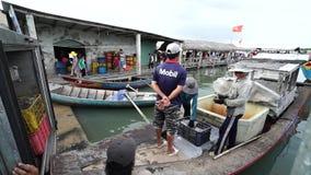 Agrupe los pescados frescos de la clase en el pueblo pesquero tradicional almacen de metraje de vídeo