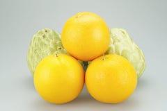 Agrupe a maçã da laranja e de creme em um fundo branco Fotografia de Stock Royalty Free