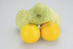 Agrupe a maçã e a laranja de creme em um fundo branco Imagens de Stock