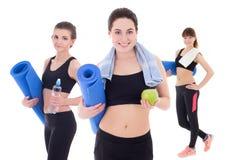 Agrupe o conceito do esporte - mulheres desportivas magros bonitas com esteira da ioga Imagens de Stock