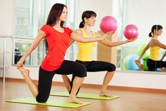 Agrupe o treinamento em um fitness center Imagem de Stock