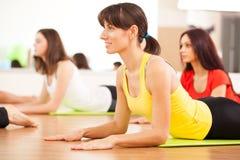 Agrupe o treinamento em um fitness center Imagens de Stock