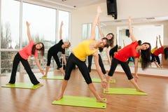 Agrupe o treinamento em um fitness center Imagem de Stock Royalty Free