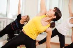Agrupe o treinamento em um fitness center Imagens de Stock Royalty Free